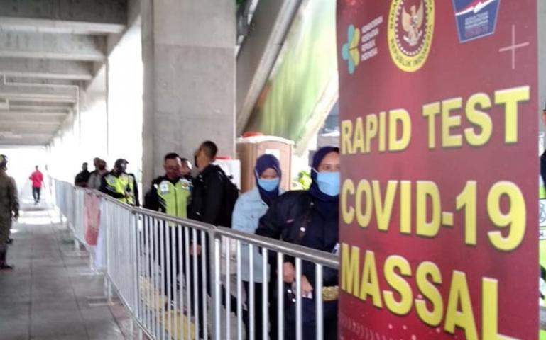 Warga tengah menunggu giliran ikuti rapid test massal di MRT Blok M, Jakarta, Sabtu (9/5). (Dok : Istimewa)