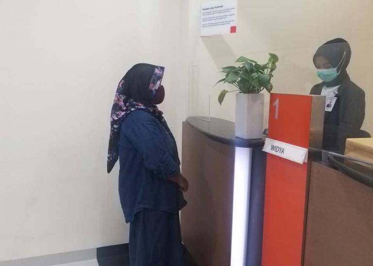 Terlihat seorang nasabah sedang melakukan transaksi di salah satu counter di BNI cabang Painan, Selasa (24/11). (Dok : Istimewa)