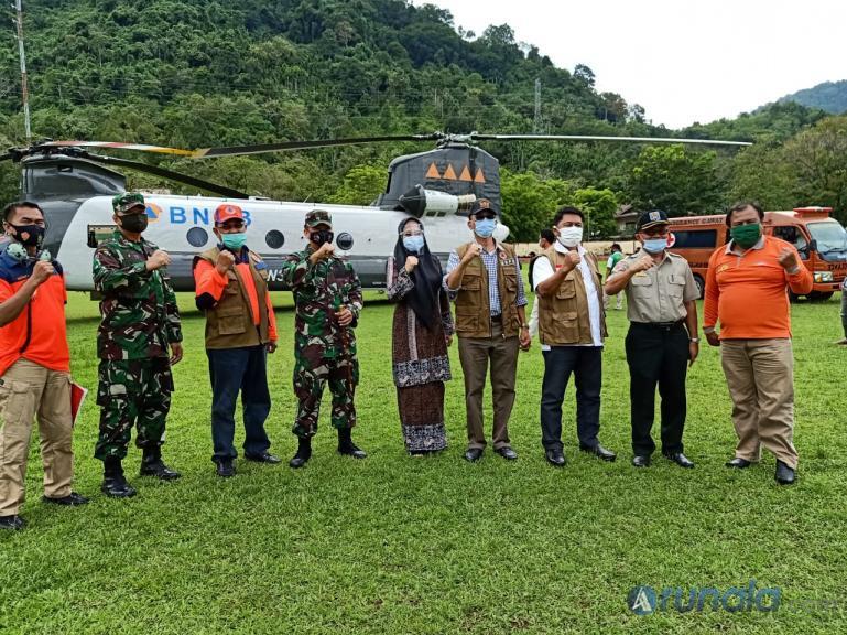 Plt Direktur Infrastruktur Darurat BNPB Pusat, Budi Erwanto saat serahkan bantuan APD kepada Bupati Pessel Hendrajoni, Jumat (19/9).  (Foto : Rio)