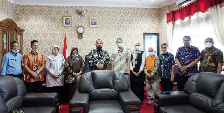 Wawako Mardison Mahyuddin saat menerima kehadiran Kepala BPK Sumbar, Yusnadewi di ruang kerjanya, Kamis (11/2). (Dok : Istimewa)