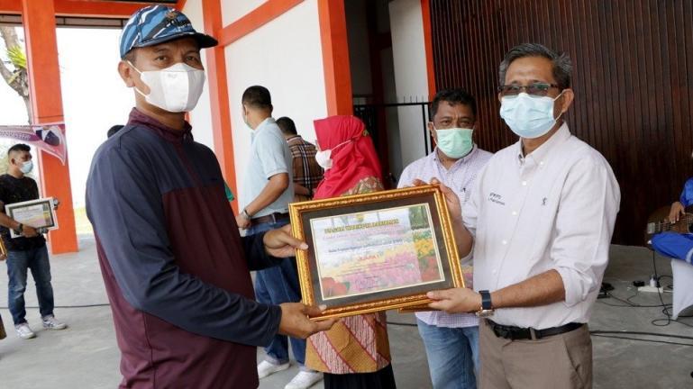 Wali Kota Genius Umar saat menyerahkan penghargaan kepada tim BPKPD Kota Pariaman yang raih juara 1 dalam lomba bunga, Minggu (11/4). (Dok : Istimewa)