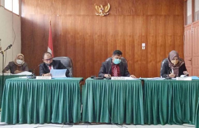Ketua majelis komisioner KI Sumbar, Nofal Wiska memimpin sidang sengketa informasi dengan termohon BPN Tanahdatar, Selasa (31/8). (Dok : Istimewa)
