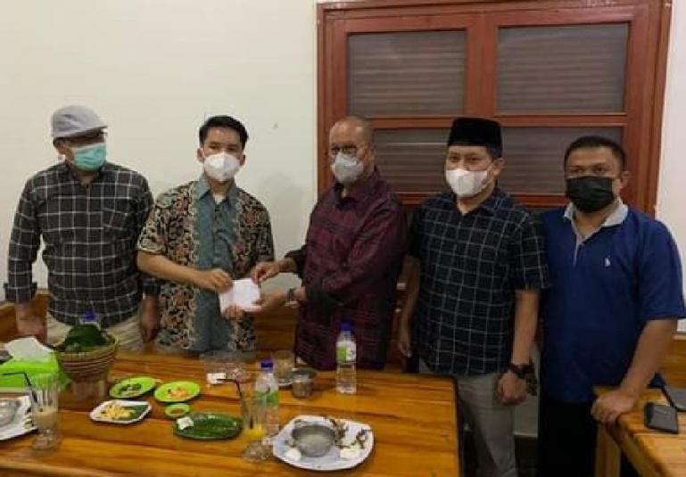 Ketua PKPS Sumbar, Sengaja Budi Syukur bersama pengurusnya serahkan penghargaan kepada Refa Rahmaddiansyah, di Painan, Minggu (26/9). (Foto : SNM)