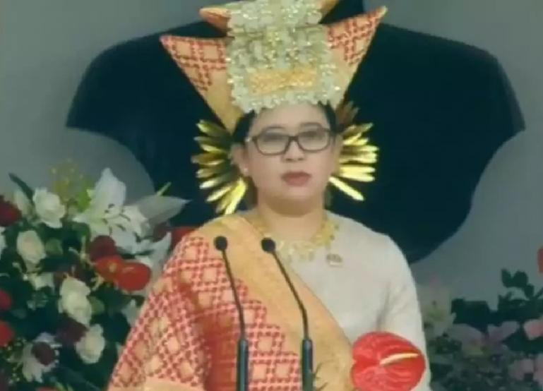 Ketua DPR RI, Puan Maharani  memakai tingkuluak balenggek saat membaca teks Proklamasi pada perayaan HUT RI ke 76 tahun di Istana Merdeka, Selasa (17/8). (Dok : Istimewa)