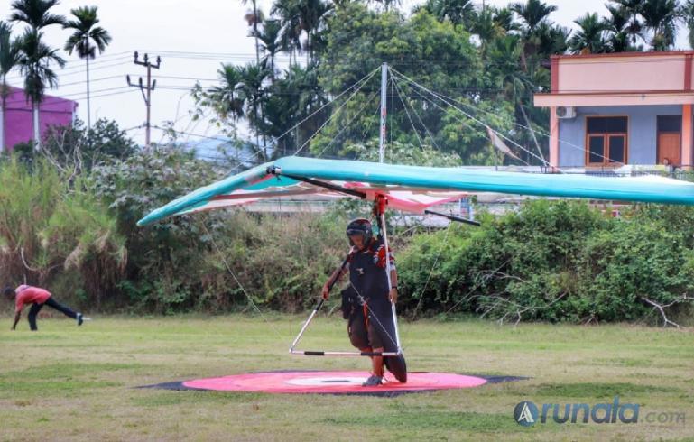 Atlet Gantole Sumbar tengah mengudara dilangit Papua dalam lanjutan PON XX Papua 2021 di Lapangan Terbang Advent Baru, Kabupaten Jayapura, Jumat (24/9). (Foto : Can)