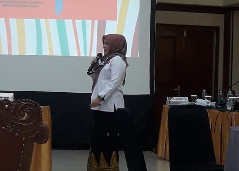 Komisioner KI Sumbar, Tanti Endang Lestari saat berikan paparan dalam rapat evaluasi KPU se Sumbar di Bukittinggi. (Dok : Istimewa)
