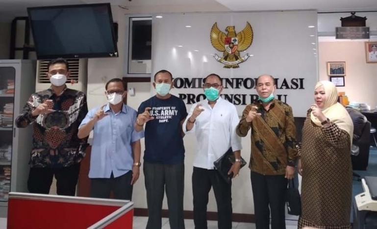 Para komisioner KI Sumbar, Riau dan Sumsel usia FGD dengan KI Pusat, di ruang kerja Ketua KI Riau, Jumat (13/11). (Dok : Istimewa)