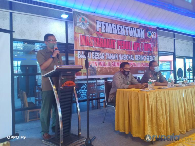 Kepala SPTN III Painan Laskar Jaya Permana beri arahan  saat pembentukan kelompok Masyarakat Peduli Api di Kabupaten Pesisir Selatan, Senin (14/9). (Foto : Rio)