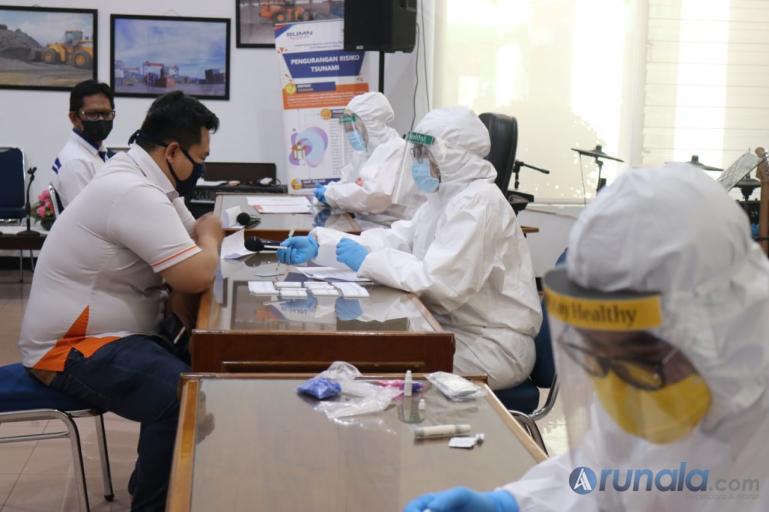 Karyawan IPC Teluk Bayur Jalani proses rapid test guna antisipasi penyebaran Covid-19 di pelabuhan, Senin (4/5). (Foto : Amz)