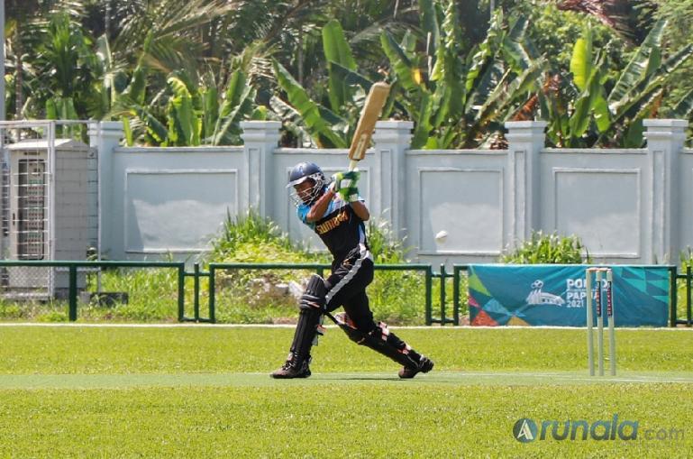 Atlet Cricket Sumatera Barat M Agung Gunawan berhasil sambut bola dari lemparan tim Cricket dari Provinsi Jawa Barat di Lapangan Cricket Doyo Baru, Sabtu (25/9). (Foto : Can)