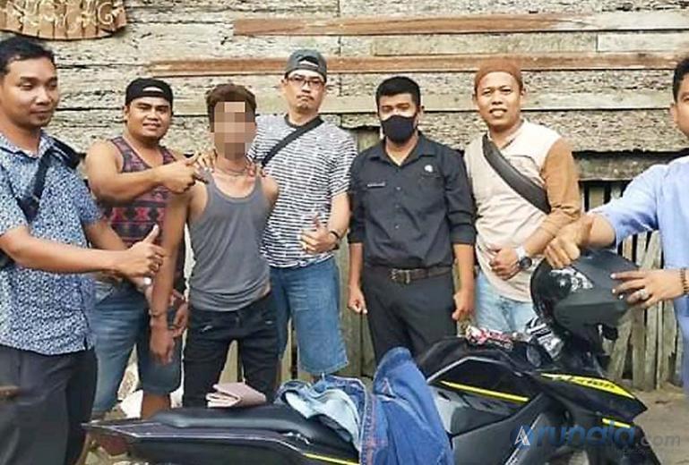 Ijek (32) pelaku curanmor saat ditangpa Unit Reskrim Polsek Sutera, Jumat sore (9/10). (Foto : Rio)