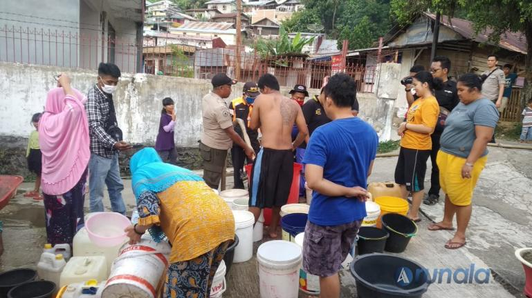 Warga di salah satu kelurahan di Kota Padang sedang antrean air bersih yang disuplai BPBD Padang, Rabu (17/2). ( Foto : Derizon Y)