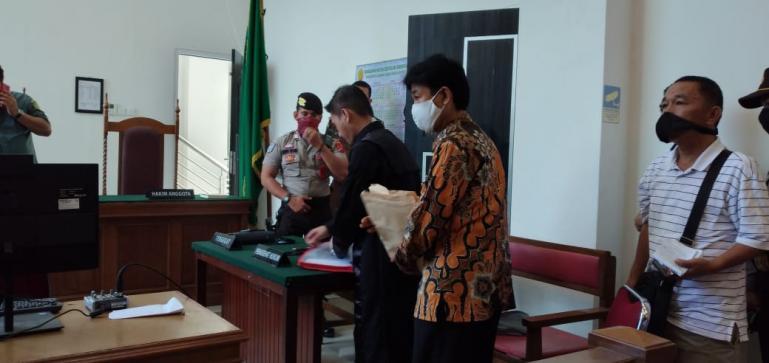 Terdakwa Muzni Zakaria saat akan dibawa ke Lapas Muaro Padang, usai persidangan, Rabu (16/6). (Dok : Istimewa)