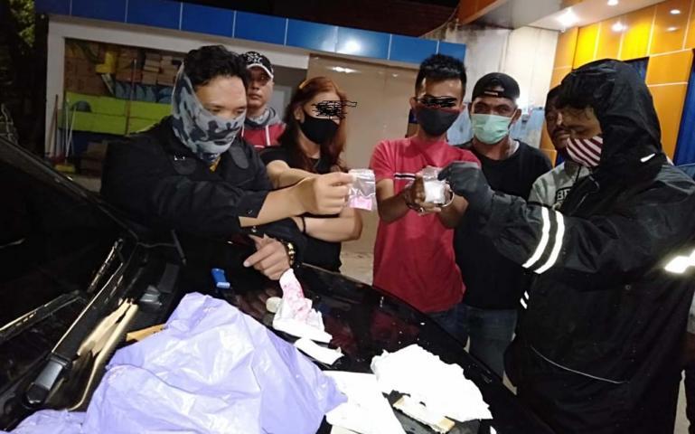 Tersangka dikawal petugas yang menangkap menunjukan barang bukti sabu-sabu ke penyidik, di Polres Payakumbuh, Jumat (5/6). (Dok : Polres Payakumbuh)