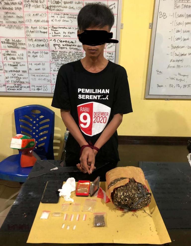 Satu dari dua tersangka narkoba yang ditangkap Tim Opsnal Satnarkoba Polres Pessel dengan barang bukti yang dimilikinya, Jumat (13/11). (Dok : Istimewa)
