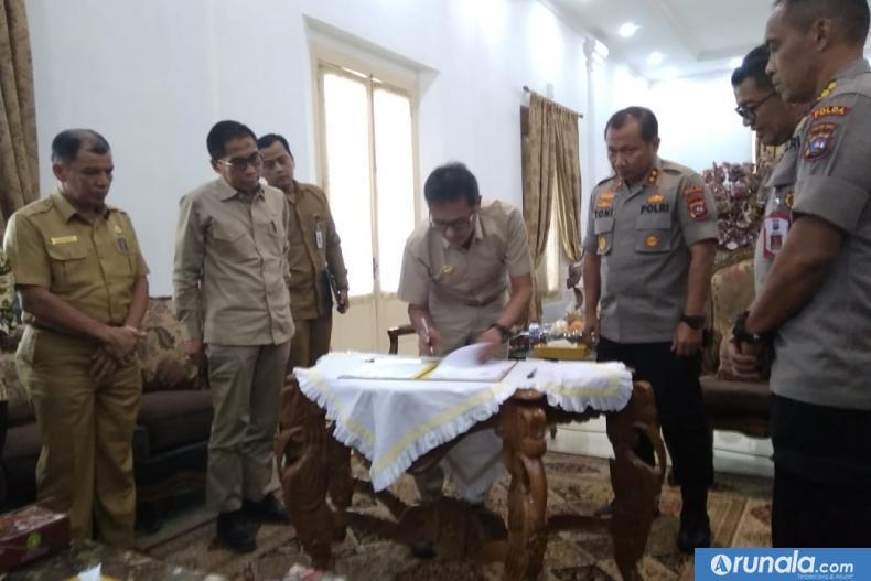 Gubernur Irwan Prayitno tanda tangani NPHD pengamanan pilgub Sumbar 2020 disaksikan Kapolda Sumbar Irjen Pol Toni Harmanto, Selasa (11/2). (dyz)