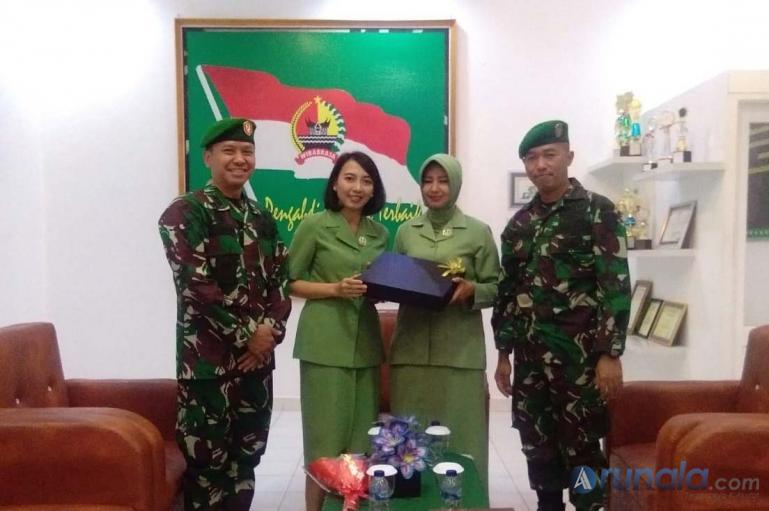 Letkol Kav Edwin Dwiguspana dan istri bersama Letkol Inf Gamma Arthadila Sakti dan istri saat pisah sambut jabatan Dandim 0311/Pessel, Kamis (6/8). (Foto : Rio)