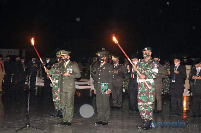 Dandim 0311/Pesse Letkol Inf Gamma Arthadilla Sakti saat pimpin upacara renungan suci di TMP Sago, Painan, Minggu malam (16/8). (Foto : Snm)