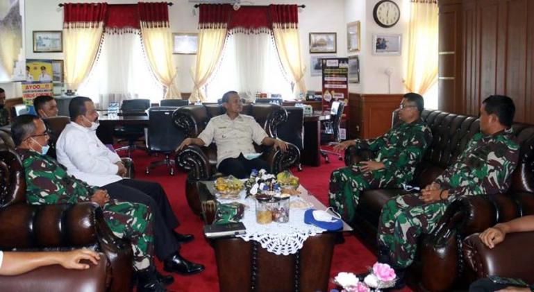 Terlihat Wako Genius dan Wawako Mardison saat diskusi dengan Danlantamal II Padang yang baru, Laksamana Pertama (Laksma) TNI Hargianto, Rabu (13/1). (Dok : Istimewa)