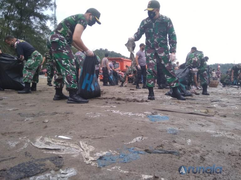 Danrem 032/Wirabraja, Brigjen TNI Arief Gajah Mada saat memimpin aksi bersih sampah di Pantai Air Manis, Padang, Minggu pagi (16/8). (fOTO : Dyz)