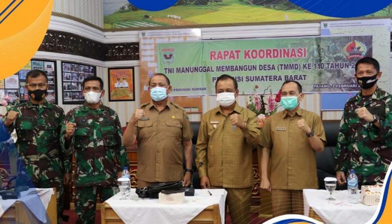 Kasiter Korem 032/Wirabraja Kol Kav Husnizon bersama Kadis PMD Sumbar Syafrizal dan Wakil Bupati Mentawai Kortanius Sabeleake saat pencanangan TMMD 2021 di Sumbar. (Dok : Istimewa)