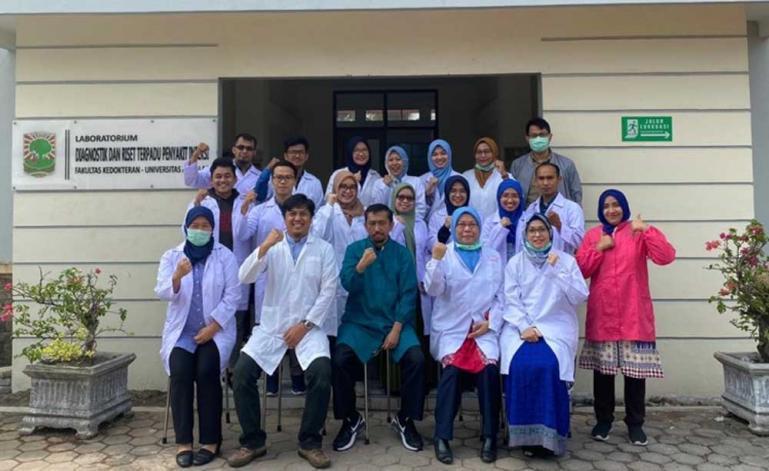 Labor diagnostik dan riset terpadu penyakit infeksi Fakultas Kedokteran Unand Padang bersama tim dokternya. (Dok : Istimewa)