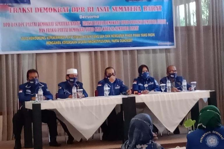 Para pimpinan, fraksi dan anggota DPR RI dari Demokrat asal Sumbar lakukan pertemuan untuk menyatakan sikap mendukung AHY, di Padang, Kamis (4/3). (Dok : Istimewa)