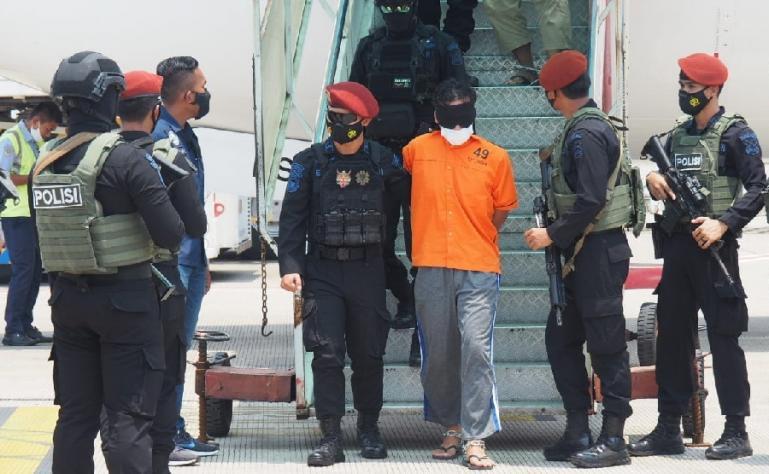 Terduga teroris dalam pengawalan ketat Densus 88 Antiteror setiba di Jakarta, Kamis siang (17/3). (Dok : Istimewa)