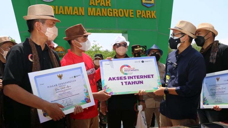 Menteri Parekraf RI, Sandiaga Uno secara simbolis serahkan bonus gratis internet selama setahun kepada Kadis Parbud Pariaman Dwi Marhen Yono, di Desa Apar Pariaman, Jumat (27/8). (Dok : Istimewa)
