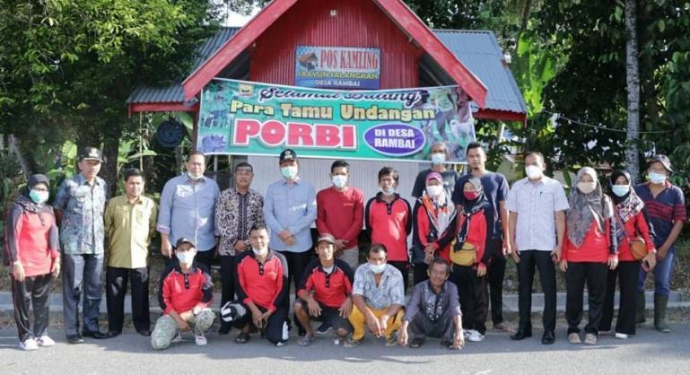 Peserta buru babi di Desa Rambai bersama Wali Kota Pariaman, Genius Umar, Kamis (21/1). (Dok : Istimewa)