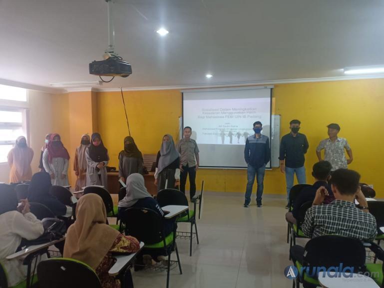 Alfi Syukri Rama bersama tim saat edukasi mahasiswa FEBI UIN IB Padang, soal kesadaram penggunaan helm bagi pemotor, Kamis siang (4/6). (Foto : Amz)