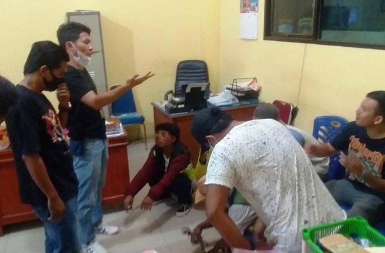 Tujuh warga yang diduga lakukan pungli di objek wisata Carocok Painan sedang diberikan pembinaan oleh Tim Opsnal Satreskrim Polres Pessel, pasca digelandang ke Mapolres, Sabtu (26/6). (Dok : Istimewa)