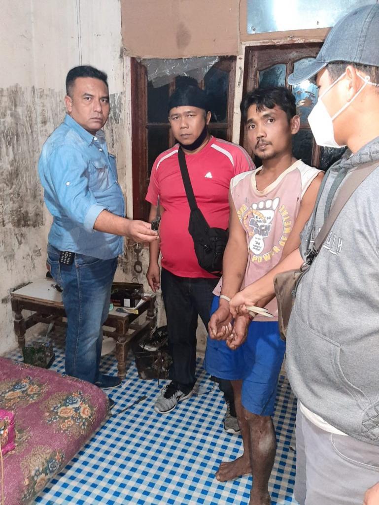 Ade Raul saat ditangkap Tim Opsnal Polsek Padang Timur dan Tim Opsnal Polresta Padang di rumah pelaku, Senin (8/6) sini hari. (Dok : Istimewa)