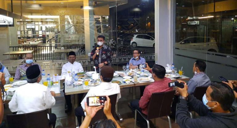 Kepala Dinas Pendidikan Sumbar Adib Alfikri saat jumpa pers terkait persoalan yang terjadi di SMKN 2 Padang, Jumat malam (22/1). (Dok : Istimewa)