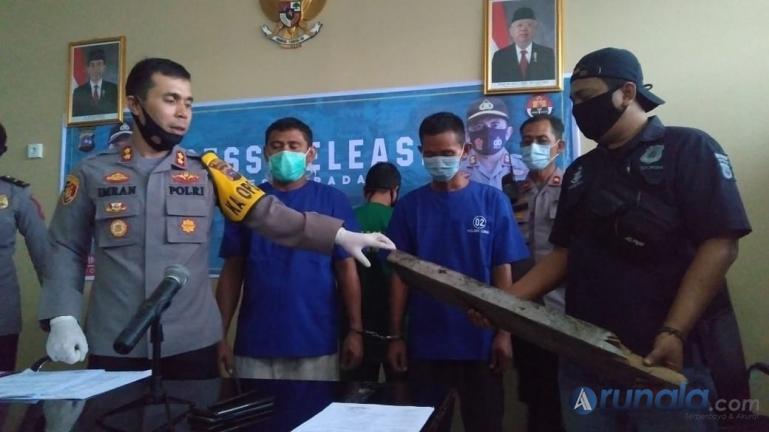 Kapolresta Padang AKBP Imran Amir menghadirkan dua pelaku dan juga barang bukti saat jumpa pers dengan wartawan, di Mapolresta Padang, Jumat (11/9). (Foto : Can)
