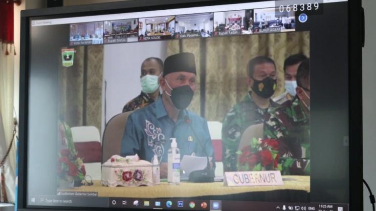 Gubernur Sumbar, Mahyeldi Ansharullah saat memimpin rakor kepala daerah terkait antisipasi penyebaran Covid-19 jelang Lebaran, Kamis (22/4). (Dok : Istimewa)