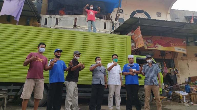 Cawagub Sumbar Indra Catri bersama pendukungnya di Pasar Sungai Rumbai, Rabu (21/10). (Dok : Istimewa)