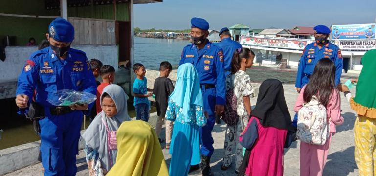 Personel Ditpolairud Sumut saat memberikan pembelajaran daring kepada murid SD Negeri N0 068009 Kampung Nelayan Kelurahan Belawan, Medan, Kamis (10/9). (Dok : Istimewa)