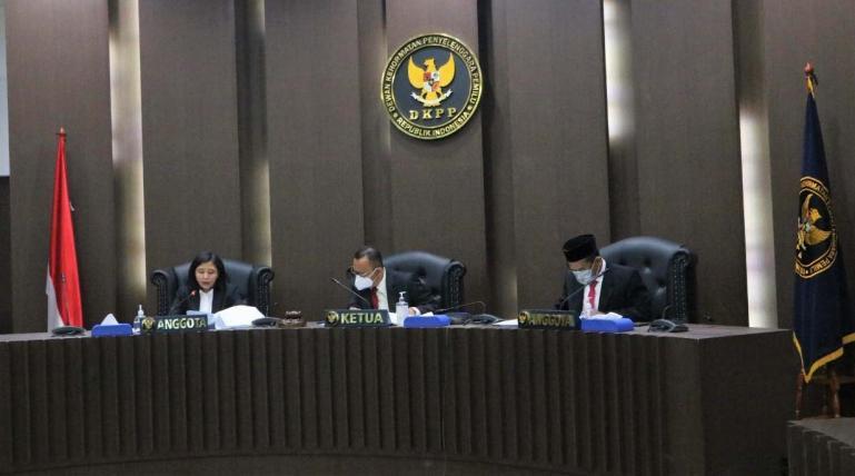 Majelis sidang DKPP gelar siding kode etik penyelenggara pemilu yang memberhentikan dua Komisioner KPU Sumbar dari jabatannya, Rabu siang (4/11). (Dok : Istimewa)