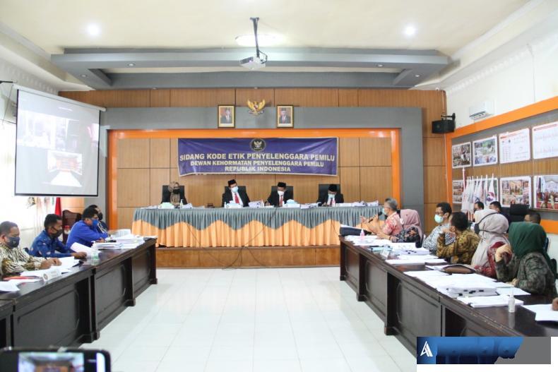 Sidang pemeriksaan dugaan pelanggaran kode etik yang dilakukan Dewan Kehormatan Penyelenggara Pemilu (DKPP). (Foto :Amz)