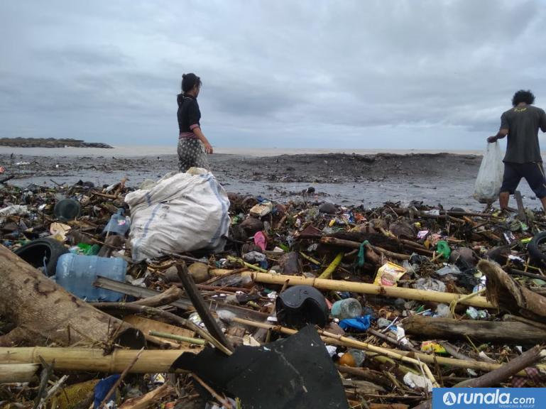 Tumpukan sampah di pantai padang. (Dy)
