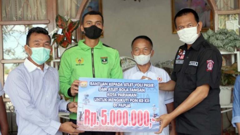 Genius Umar saat serahkan bantuan kepada altet Kota Pariaman yang memperkuat kontingen Sumbar untuk PON ke-XX di Papua, Rabu (15/9). (Dok : Istimewa)