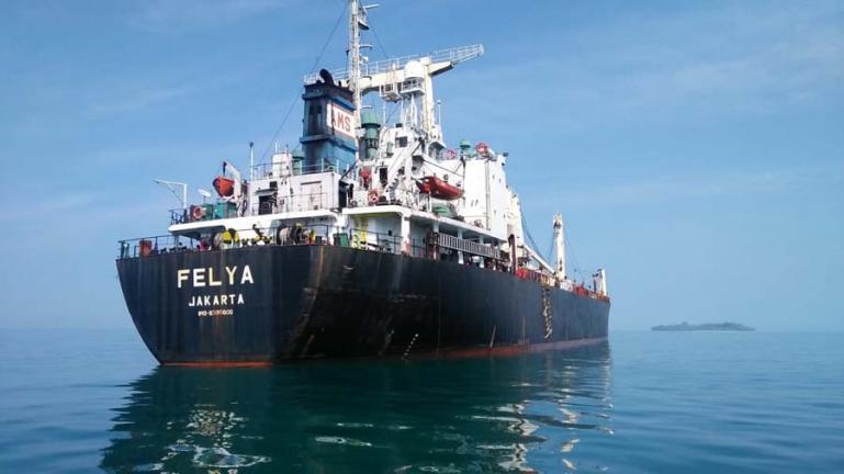 Salah satu kapal pembawa bijih besi yang tertahan berlayar di Pelabuhan Teluk Bayur Padang, Senin (15/3). (Dok : Istimewa)