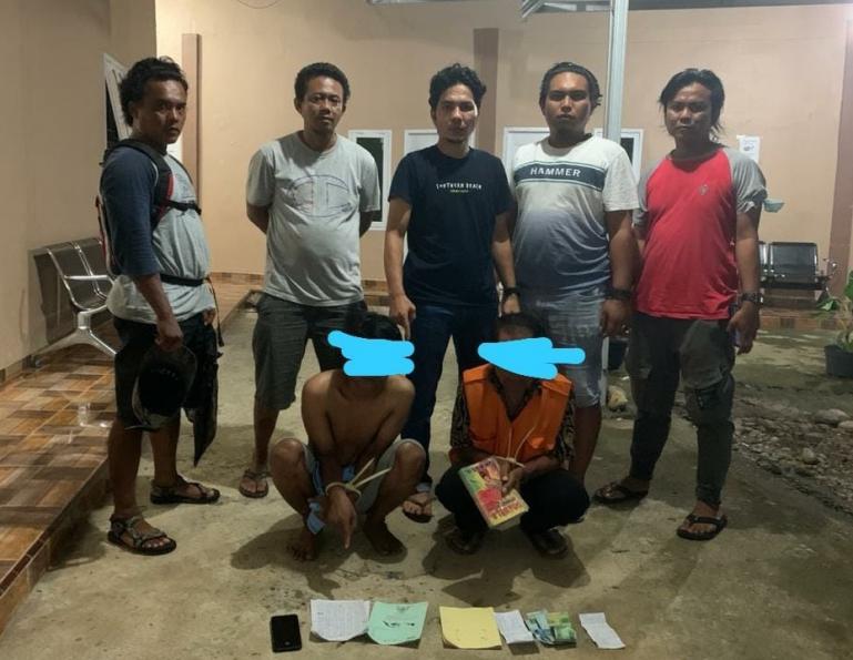 Tim Opsnal Sat Reskrim Polres Pesisir Selatan (Pessel) setelah menangkap dua pelaku judi togel online di Kecamatan Linggo Sari Baganti, Selasa (14/9). (Dok : Istimewa)
