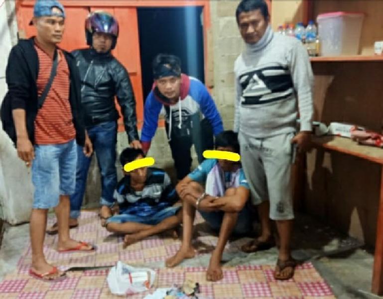 Dua dari lima pemain judi song yang berhasil ditangkap anggota Polsek Pancung Soal, Sabtu dini hari (17/4). (Dok : Istimewa)