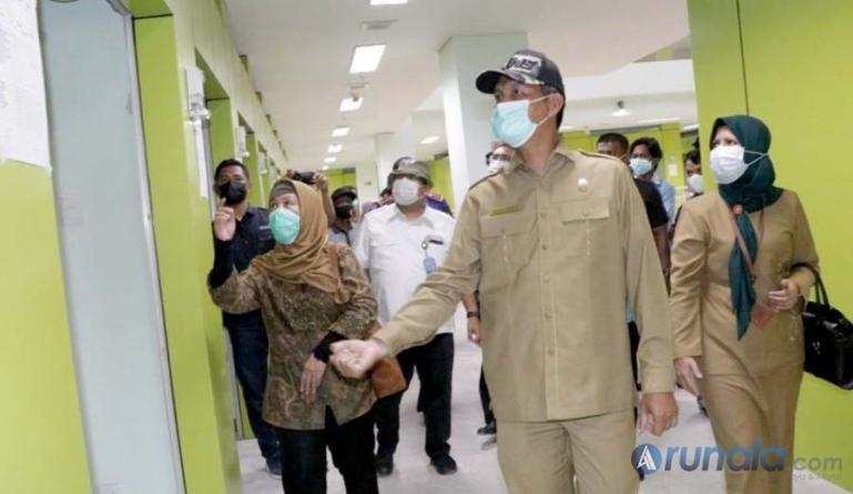 Wako Genius Umar damping rombongan Kemendag dan Kementerian PUPR tinjau Pasar Rakyat Pariaman, Selasa (16/3). (Foto : Arzil)