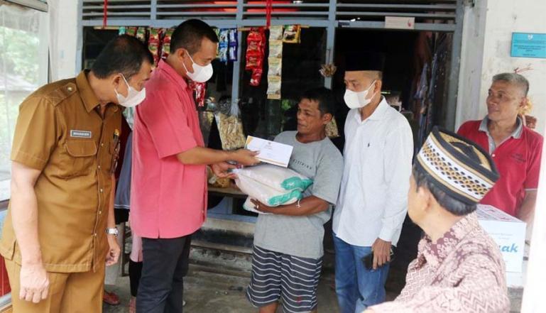 Genius Umar saat serahkan bantuan pada warga yang alami musibah akibat hujan lebat di Kecamatan Pariaman Utara, Selasa (7/9). (Dok : Istimewa)