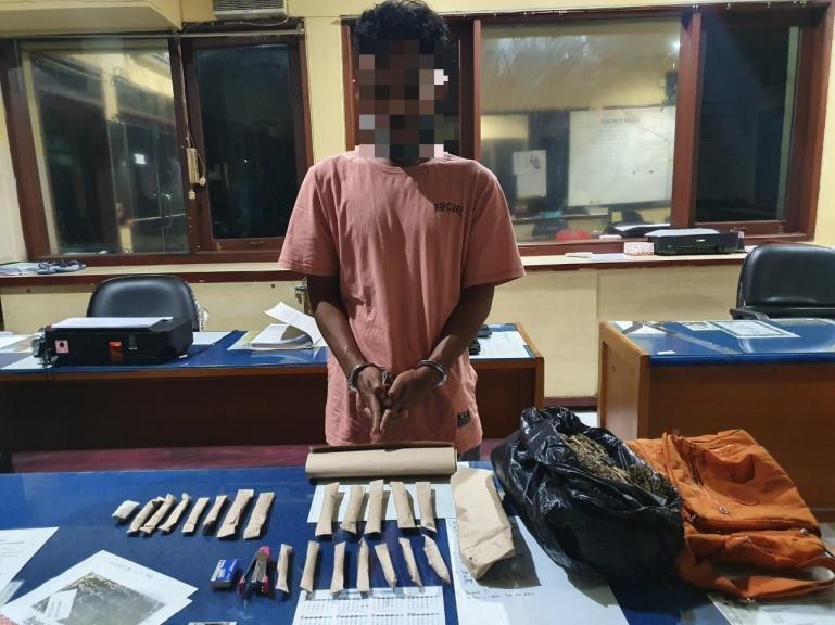 Tersangka Riki bersama barang bukti ganja kering siap edar yang berhasil disita Satresnarkoba Polresta Padang, Rabu malam (11/11). (Dok : Istimewa)