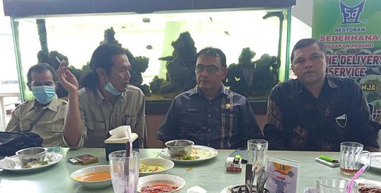 Asisten I Pemkab Solok, Edisar Dt Manti Basa bersama wartawan dan kuasa hukumnya seusai buat pengaduan ke Polda Sumbar, Senin (25/1). (Dok : Istimewa)