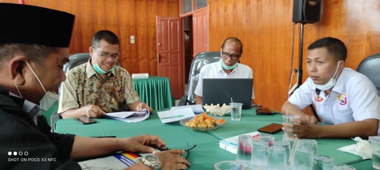 Dua nara sumber workshop FJKIP Sumbar, M Nurnas dan Yuhefizar saling beri masukan kepada panitia pelaksana workshop, di Padang, Selasa (16/2). (Dok : Istimewa)